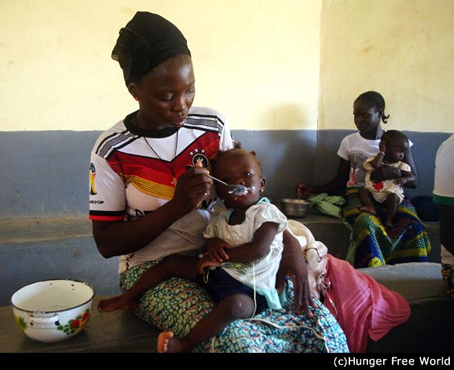 ブルキナファソの母子保健センターでは、栄養不良の子どもたちに栄養のあるおかゆを提供し、母親には栄養知識と料理方法についても教えています。