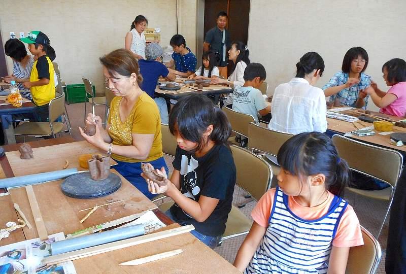 縄文式陶器づくりを体験の様子
