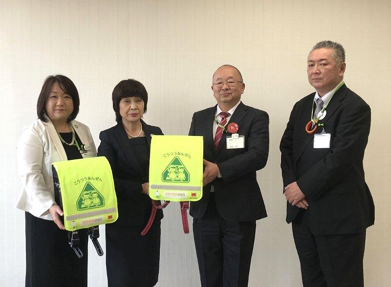 左から、坂本和美理事、教育長 石川八千代様、鶴長義二理事長、鈴木暢センター長