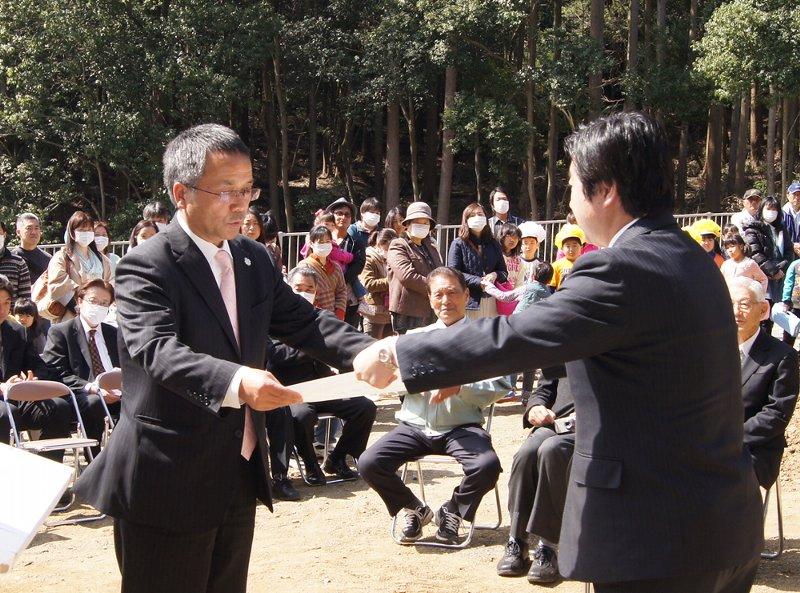 高橋靖水戸市長から感謝状を受取る佐藤洋一理事長