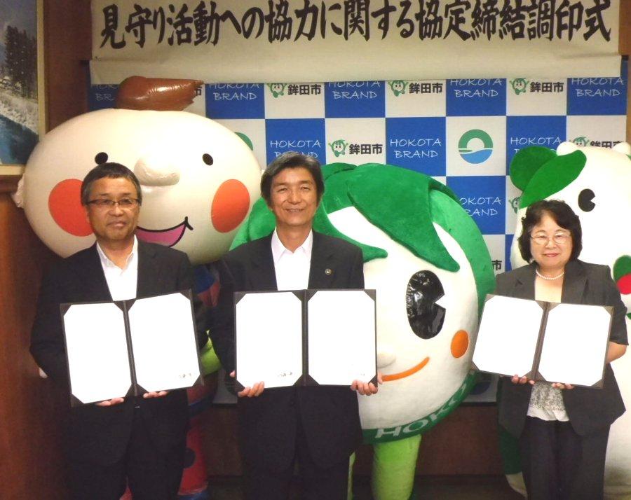 左から、いばらきコープ佐藤洋一理事長、鉾田市長鬼沢保平様、パルシステム茨城小泉智恵子理事長