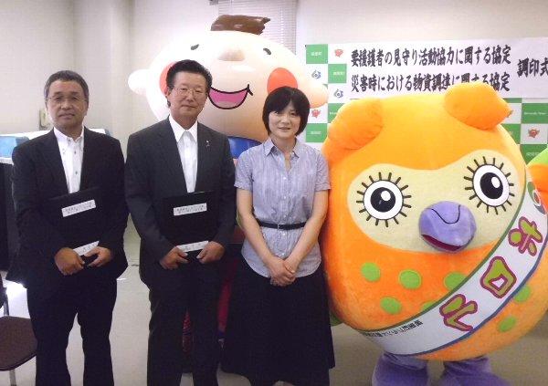 左から、いばらきコープ佐藤洋一理事長、城里町長 阿久津藤男様、磯部まりこ理事