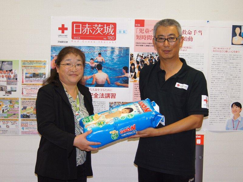 左から、いばらきコープ新山かをり理事、日本赤十字社茨城県支部乳児院事務長 深澤克実様