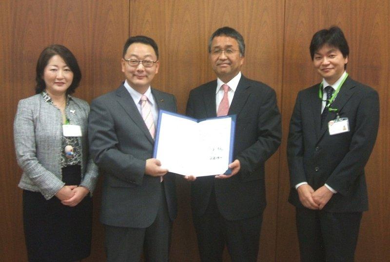 左から、長峰智子理事、潮来市長 原浩道様、佐藤洋一理事長、中川正弘センター長