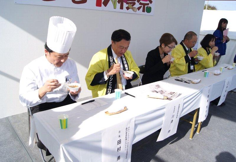 郷土料理コンテスト審査委員による試食の様子