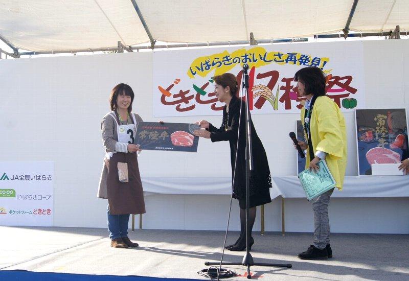 郷土料理コンテスト「最優秀賞」贈呈の様子