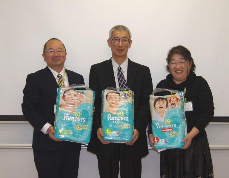左から、鶴長義二専務理事、日本赤十字社茨城県支部乳児院事務長 深澤克実様、新山かをり理事